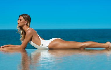 sage_vita_liberata_Caitlyn-White-Bathingsuit-Laying-Ocean-(horizontal)